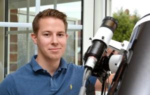 Astrofotograf Julian Weßel baut am Donnerstag, 08.10.2015, sein Teleskop auf der Dachterasse in Gladbeck auf. Der 23-Jährige studiert Geophysik. Foto: Oliver Mengedoht / FUNKE Foto Services